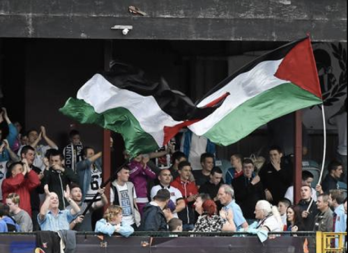 Dundalk supporters wave a Palestine flags against Athlone | Independent.IE