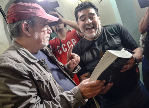 Diego Armando Maradona and Silvio Rodríguez. Maradona, for his part, presented Silvio with a t-shirt from the De Zurda sports show, which he hosts together with Víctor Hugo Morales and whose second season for Telesur premiered in Havana on Jan. 11. Photo: Kaloian Santos Cabrera
