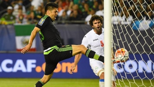 Mexico forward Oribe Peralta scores a goal against Cub at Soldier Field, Chicago, July 9, 2015. | Reuters